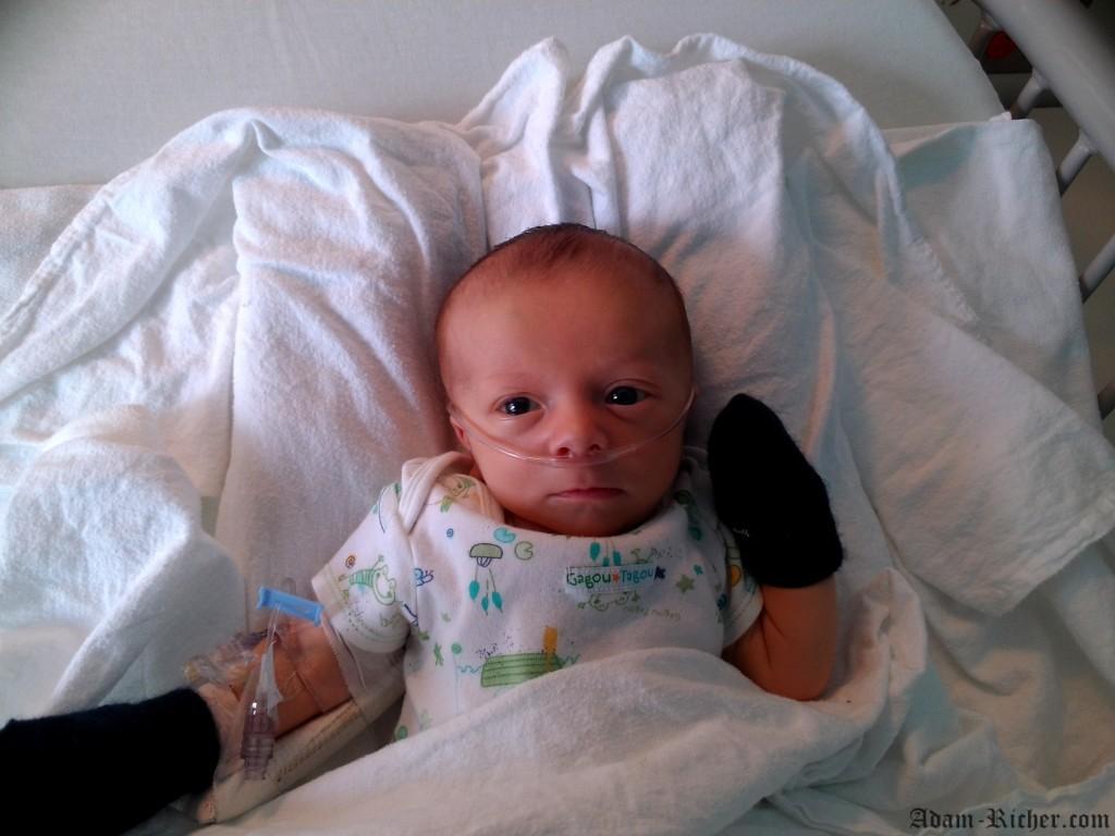Adam lors de son premier séjour à l'hôpital