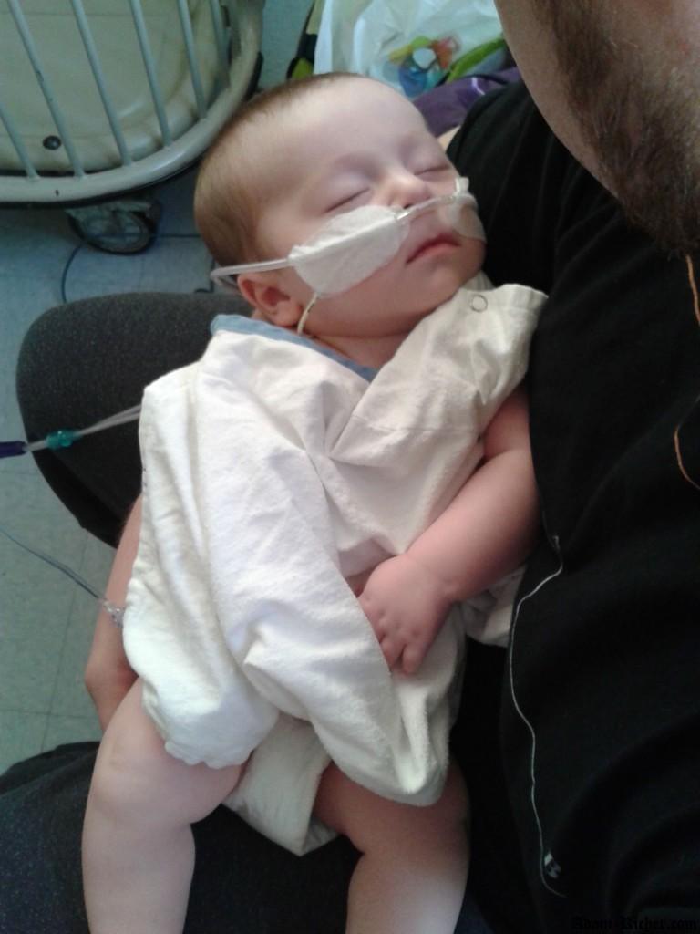 Adam dans les bras de papa quelques minutes avant sa chirurgie