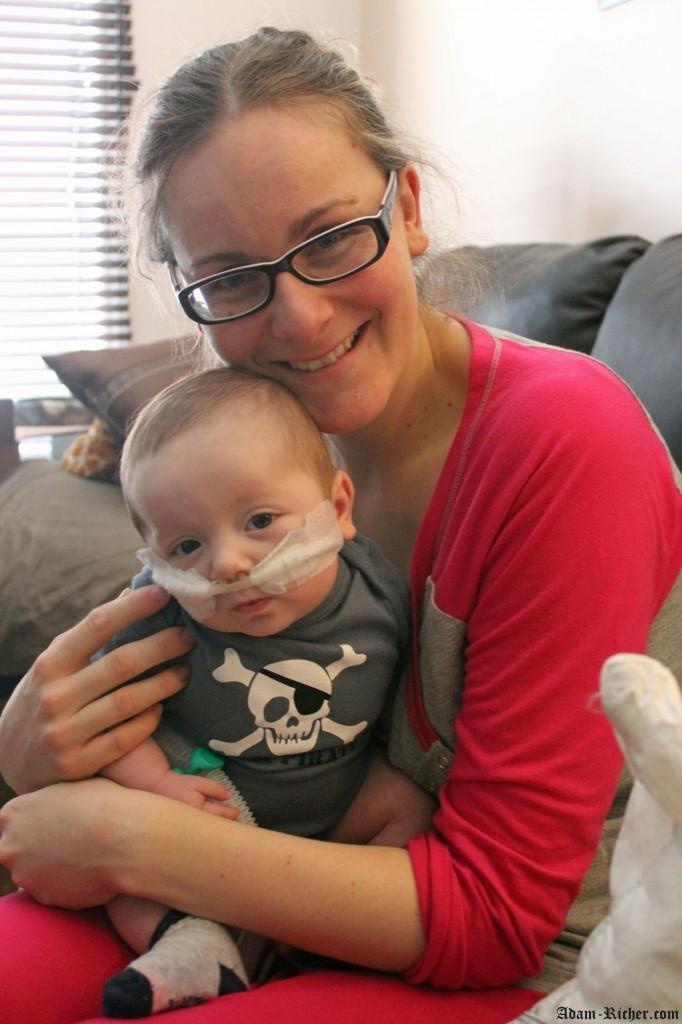 Adam aime se coller avec maman à la maison